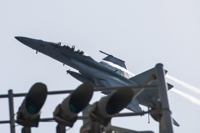 Des avions de la coalition ont visé dans... (PHOTO AFP/SERVICE MÉDIATIQUE DE LA MARINE AMÉRICAINE)