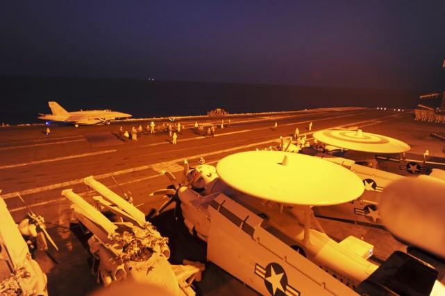 Les positions irakiennes de l'EI font l'objet de... (PHOTO ROBERT BURCK, REUTERS/MARINE AMÉRICAINE)