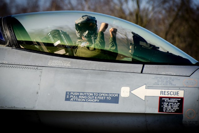 Le gouvernement néerlandais va mettre six avions de combats F-16 et un maximum... (Photo: AFP)