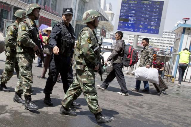 Des policiers paramilitaires chinois patrouillent à Ürümqi, capitale... (PHOTO NG HAN GUAN, ARCHIVES AP)