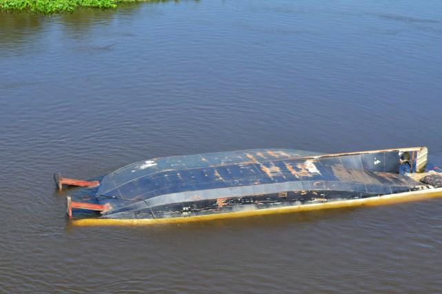 L'embarcation battant pavillon paraguayenSueno del Pantanalavait 27 personnes... (PHOTO AFP)
