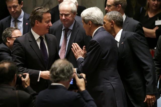 David Cameron en conversation avec le secrétaire d'État... (Photo BRENDAN MCDERMID, REUTERS)