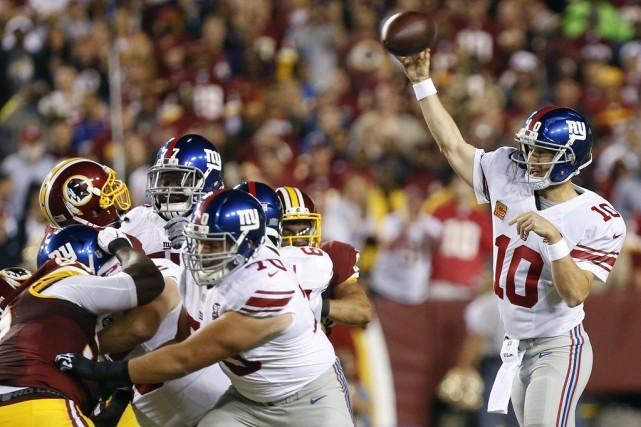 Eli Manning a totalisé 300 verges de gains... (Photo Geoff Burke, USA TODAY Sports)