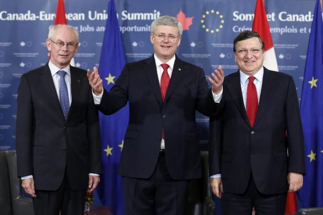Le premier ministre canadien Stephen Harper (au centre),... (PHOTO CHRIS WATTIE, REUTERS)