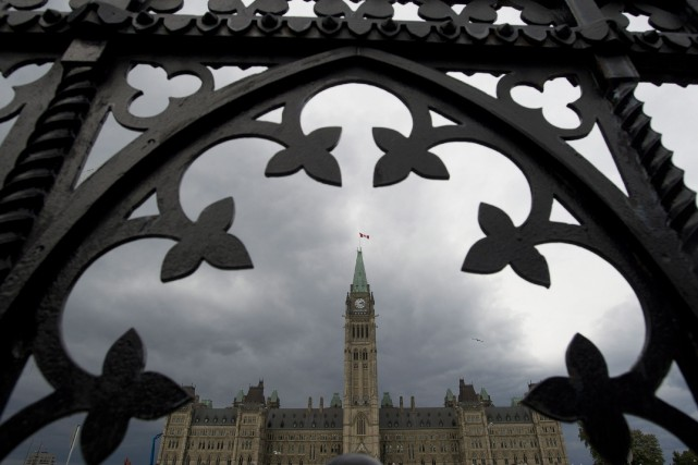 Le gouvernement fédéral a affiché vendredi un déficit budgétaire de 1,2... (Photo Adrian Wyld, La Presse Canadienne)