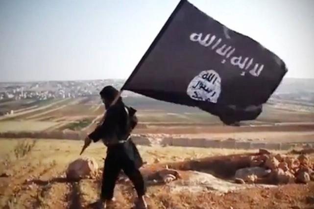 Après l'avoir exécuté, des combattants de l'EI ont... (IMAGE ARCHIVES AFP/YOUTUBE)