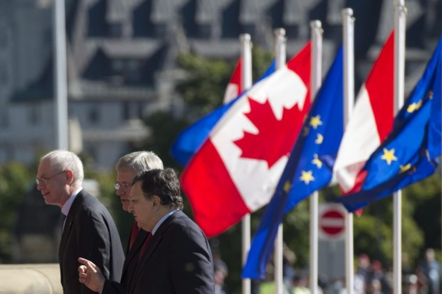 Le premier ministre canadien Stephen Harper (au centre),... (PHOTO ADRIAN WYLD, ARCHIVES PC)