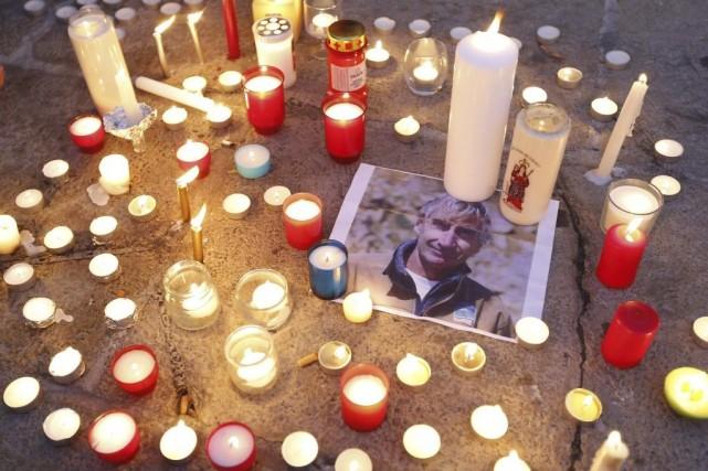 Des chandelles ont été déposées à côté d'une... (PHOTO VALERY HACHE, AFP)