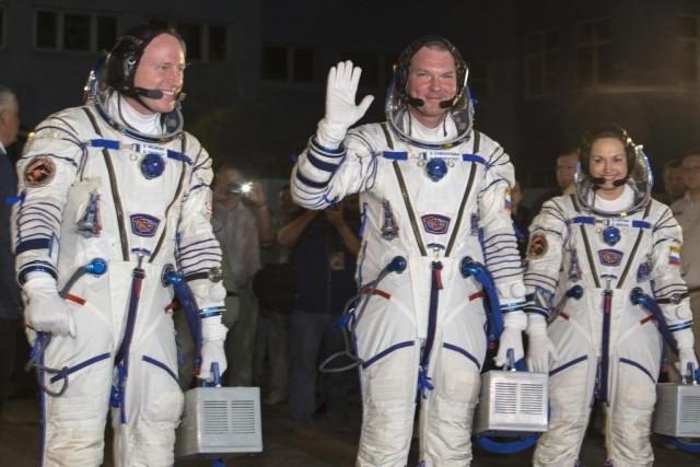 Barry Wilmore (à gauche), Alexander Samokutyaev (au cente)... (PHOTO SHAMIL ZHUMATOV, REUTERS)