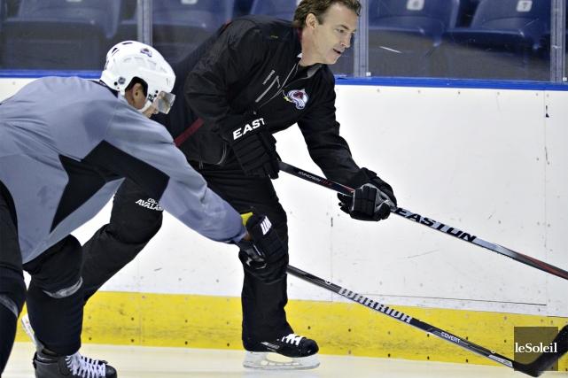 Joe Sakic a enfilé ses patins vendredi pour... (Photo Jean-Marie Villeneuve, Le Soleil)