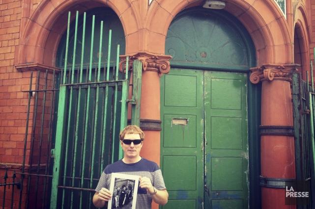 Craig Hill devant le Salford Lads Club, où... (Photo Émilie Côté, La Presse)