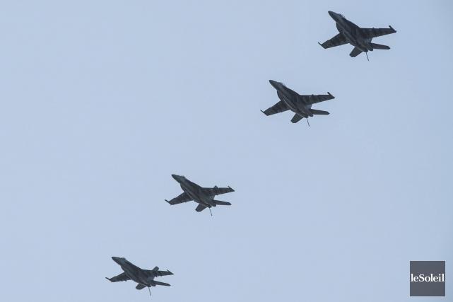 Une formation de F/A-18 Super Hornets survole le... (Photothèque Le Soleil)