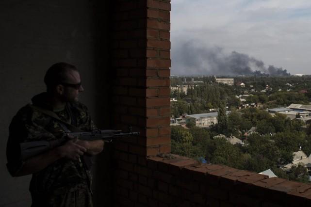 Les rebelles continuent de faire feu à proximité... (MARKO DJURICA, REUTERS)