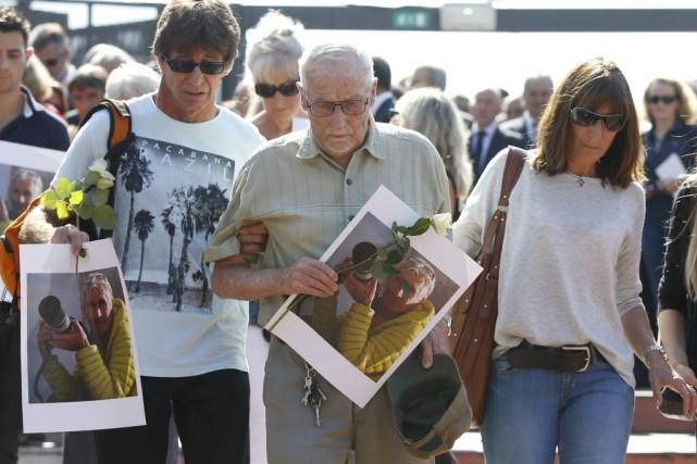 Des membres de la famille d'Hervé Gourdel.... (PHOTO VALERY HACHE, AFP)