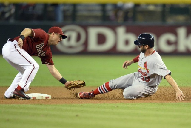 Cliff Pennington (4) retire Daniel Descalso (33) qui... (PHOTO JOE CAMPOREALE, USA TODAY)