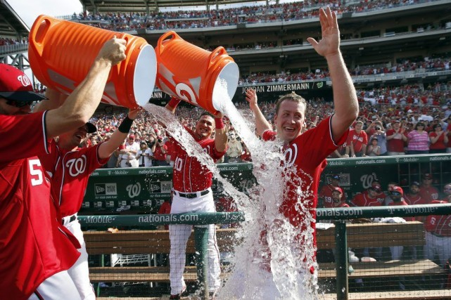 Jordan Zimmermann a été arrosé par ses coéquipiers... (PHOTO ALEX BRANDON, AP)