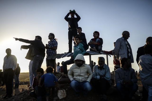 Des Kurdes syriens observent les combats entre la... (Photo: AFP)