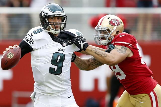 Aaron Lynch poursuit Nick Foles. La ligne défensive... (PHOTO BOB STANTON, USA TODAY)