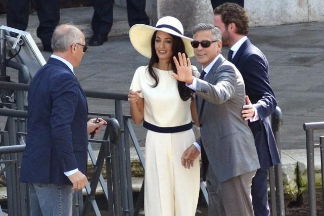 George Clooney et sa femme Amal quittentla mairie... (Photo: AP)