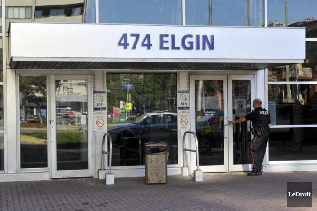 Un policier entre dans le posterde police d'Ottawa.... (Martin Roy, LeDroit)