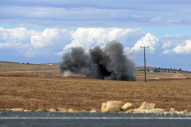 Une bombe explose près de la frontière entre... (PHOTO ASSOCIATED PRESS)