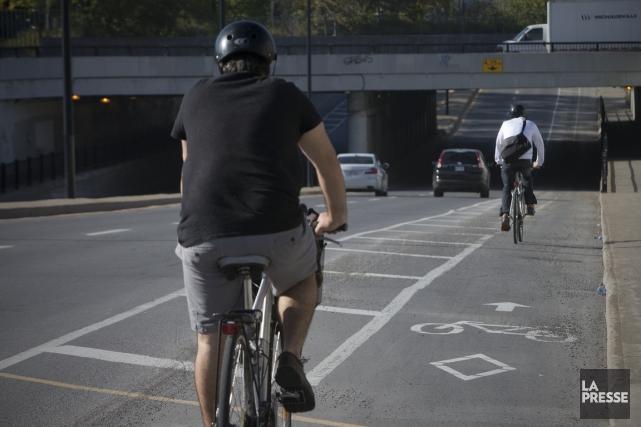 Une bande cyclable a été ajoutée rue Masson,... (PHOTO PATRICK SANFAÇON, LA PRESSE)