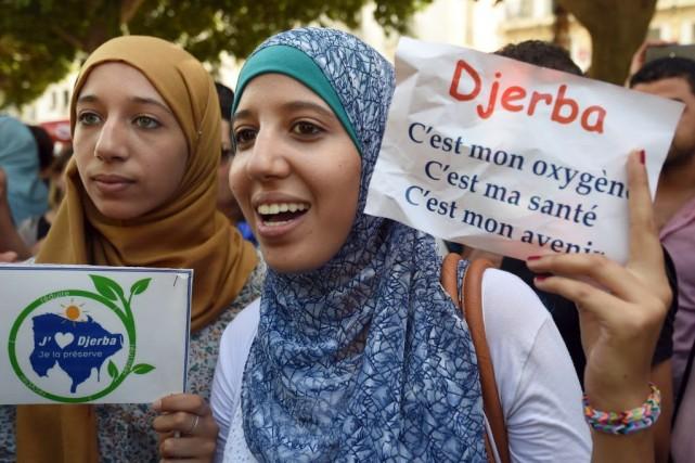 Des centaines de personnes ont en outre manifesté... (Photo FETHI BELAID, AFP)