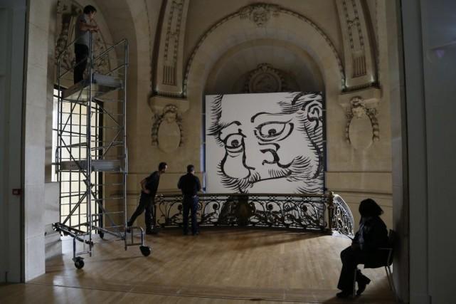 Des travailleurs préparent l'exposition Hokusai (1760-1849).... (Photo: Reuters)