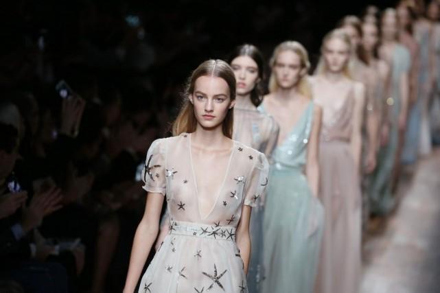 Valentino a présenté mardi une collection printemps-été 2015 à la fois glamour... (Photo PATRICK KOVARIK, AFP)