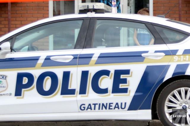 Une policière du Service de police de la Ville de Gatineau (SPVG) fait face à... (Archives Le Droit)