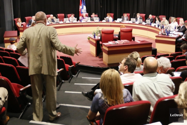 On se demande ce qui se passe dans la tête de ceux qui se retrouvent au conseil... (Archives, LeDroit)
