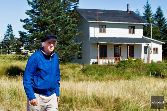Gilles Vigneault devant la maison où il a... (Photothèque Le Soleil)