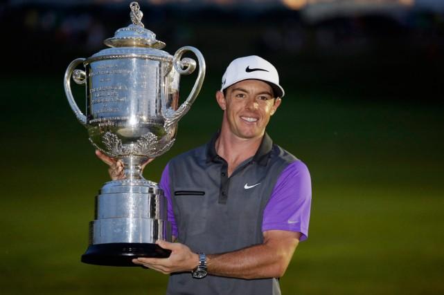Rory McIlroy est devenu seulement le septième golfeur... (Photo John Locher, AP)