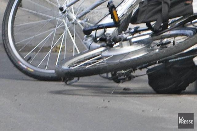 Un cycliste dans la quarantaine a subi «des blessures très importantes» après... (Archives La Presse)