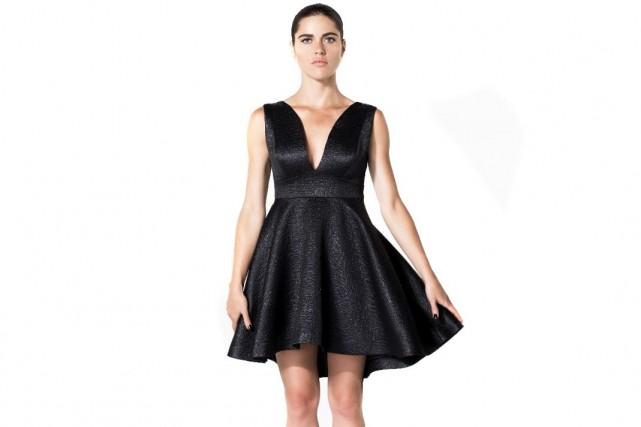 Robe noire texturée à encolure plongeante, 169,90 $,...