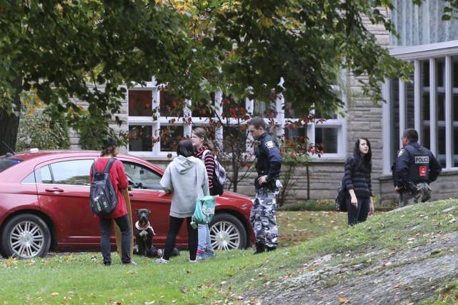 Des policiers ont rencontré des témoins après l'altercation... (photo Alain Dion)
