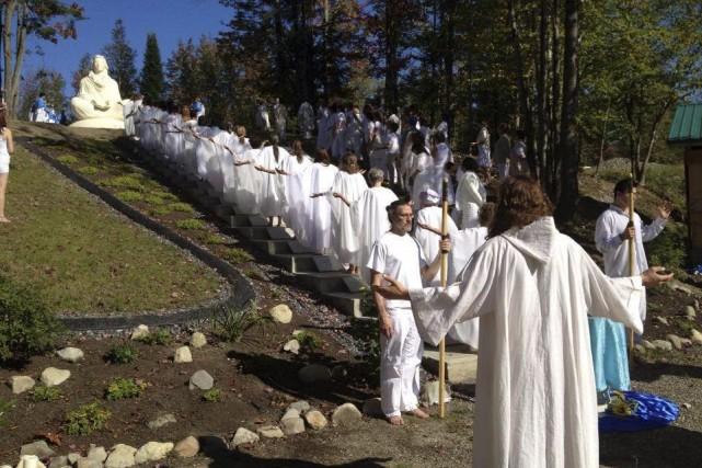 Sectes au Québec et ailleurs : Quelle tristesse de tomber aussi bas ! 912821-chaque-dimanche-dizaines-personnes-vetues
