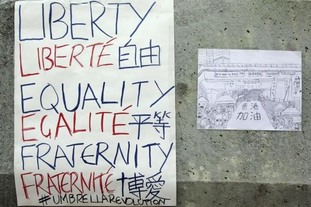Des messages de supports affichés au siège du... (PHOTO LAURENT FIEVET, AGENCE FRANCE-PRESSE)
