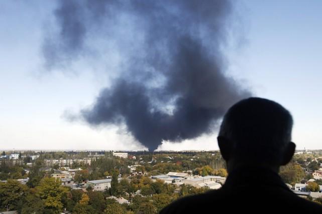 Une épaisse fumée provenant de l'aéroport planait sur... (PHOTO DARKO VOJINOVIC, AP)
