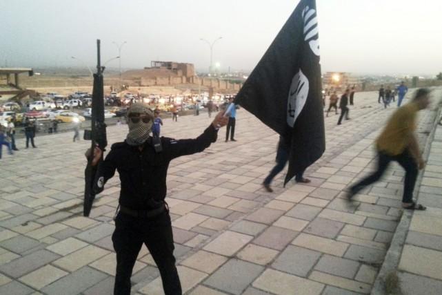 Un combattant du groupe armé État islamique fait... (PHOTO ARCHIVES REUTERS/STRINGER)