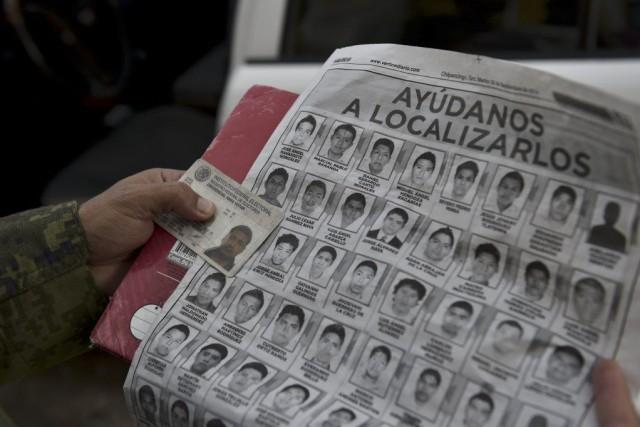 Les familles espèrent toujours retrouver les leurs vivants,... (PHOTO YURI CORTEZ, AFP)