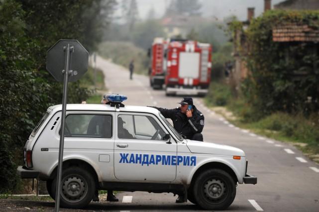 Un policier bloque la route menant à l'usine... (PHOTO NIKOLAY DOYCHINOV, AFP)