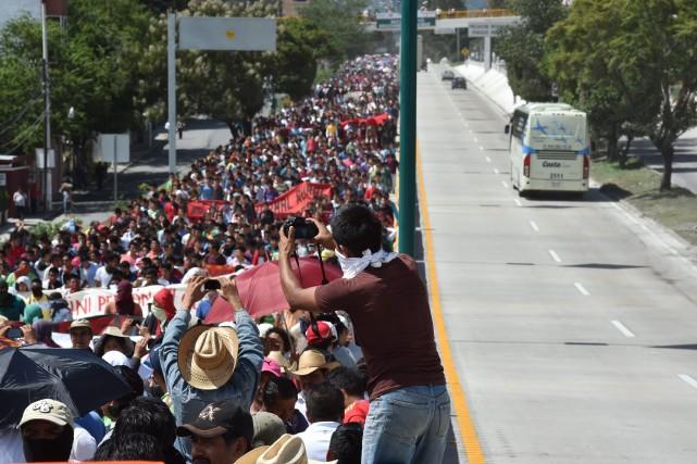 Des proches des étudiants disparus ont pris la... (Photo YURI CORTEZ, AFP)