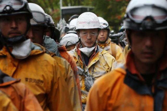 Les secours et recherches sont depuis le début... (Photo JIJI PRESS, AFP)