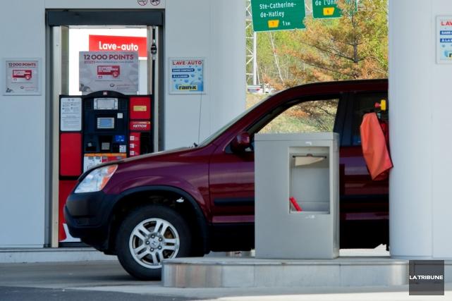 Le prix de l'essence dans la région n'arrive pas à baisser malgré une... (Archives La Tribune, Jessica Garneau)