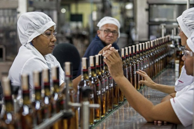 Une ligne de production du rhum Santa Teresa... (PHOTO FEDERICO PARRA, AFP)