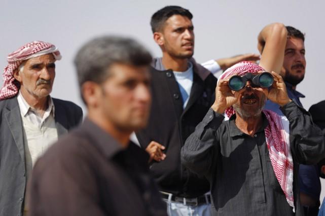 Massés à la frontière syrienne, près de Mursitpinar,... (PHOTO MURAD SEZER, REUTERS)