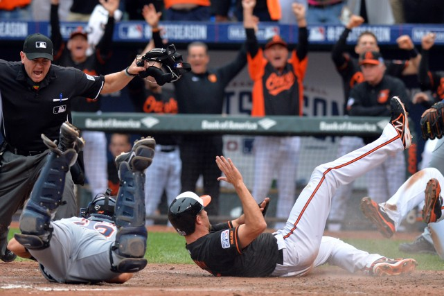 J.J. Hardy (2) a glissé sauf au marbre... (Photo Tommy Gilligan, USA Today Sports)