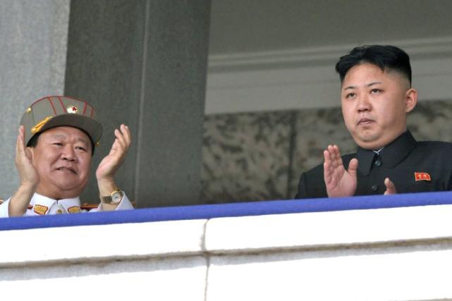 Kim Jong-Un (à droite) n'a pas été vu... (Photo Kyodo News, Archives AP)