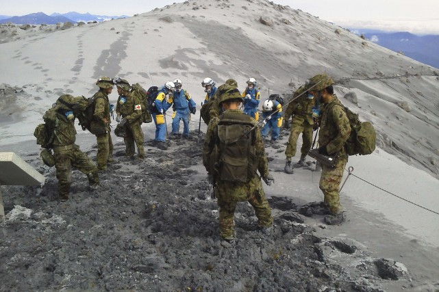 L'armée japonaise coordonne les opérations de secours et... (Photo Reuters)